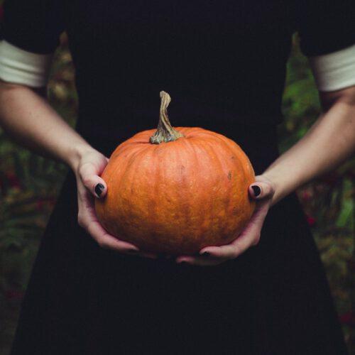 mujer hallowen samhain calabaza